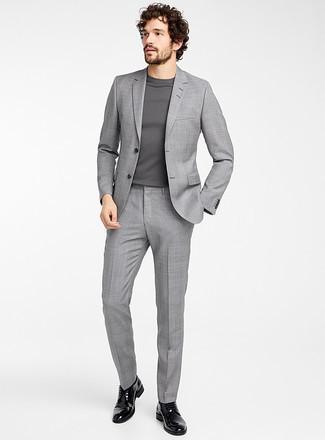Combinar un traje de tartán gris: Emparejar un traje de tartán gris con un jersey con cuello circular gris es una opción buena para un día en la oficina. Opta por un par de zapatos derby de cuero negros para mostrar tu inteligencia sartorial.