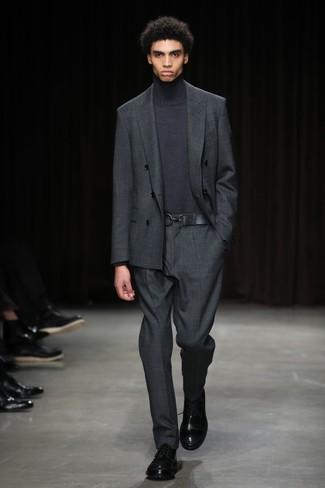 Cómo combinar: zapatos derby de cuero negros, jersey de cuello alto en gris oscuro, traje en gris oscuro