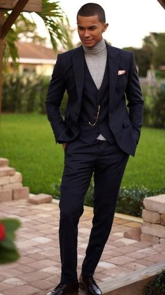 Combinar un traje de tres piezas negro: Intenta combinar un traje de tres piezas negro junto a un jersey de cuello alto gris para un perfil clásico y refinado. Completa el look con zapatos derby de cuero negros.