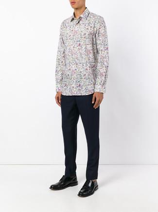 Cómo combinar: zapatos derby de cuero negros, pantalón de vestir azul marino, camisa de manga larga con print de flores blanca