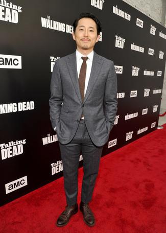 Cómo combinar: corbata en marrón oscuro, zapatos derby de cuero en marrón oscuro, camisa de vestir blanca, traje en gris oscuro