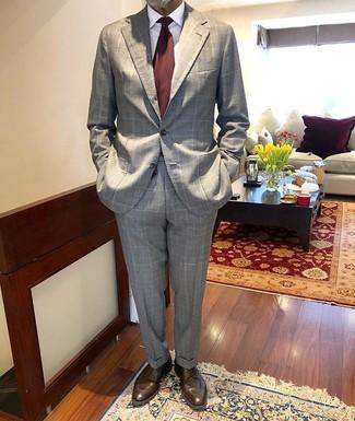 Cómo combinar: corbata burdeos, zapatos derby de cuero en marrón oscuro, camisa de vestir blanca, traje a cuadros gris