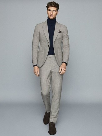 Outfits hombres: Intenta ponerse un traje a cuadros gris y un jersey de cuello alto azul marino para después del trabajo. ¿Te sientes valiente? Haz zapatos derby de ante en marrón oscuro tu calzado.
