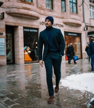 Cómo combinar: gorro azul marino, zapatos derby de ante en marrón oscuro, jersey de cuello alto azul marino, traje verde oscuro