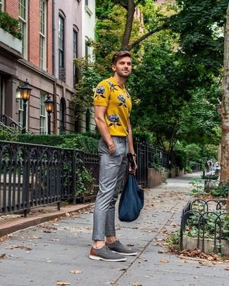 Cómo combinar: bolsa tote de lona azul marino, zapatos derby de lona grises, pantalón de vestir de tartán gris, camisa polo estampada amarilla