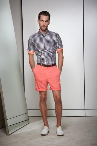 Look de moda: Correa de cuero en marrón oscuro, Zapatos derby de cuero grises, Pantalones cortos rosados, Camisa de manga corta de cuadro vichy en negro y blanco