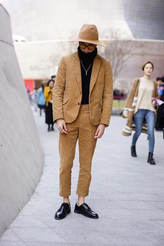 Cómo combinar: sombrero de lana marrón claro, zapatos derby de cuero negros, jersey de cuello alto negro, traje de pana marrón claro