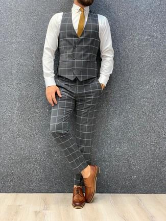 Cómo combinar: corbata mostaza, zapatos derby de cuero marrónes, camisa de vestir blanca, traje de tres piezas a cuadros gris