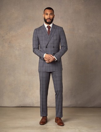 Cómo combinar: corbata burdeos, zapatos derby de cuero marrónes, camisa de vestir blanca, traje de tartán en gris oscuro