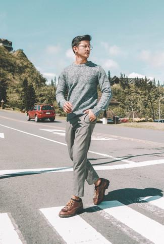Cómo combinar: calcetines negros, zapatos derby de cuero marrónes, pantalón chino de lana gris, jersey con cuello circular gris