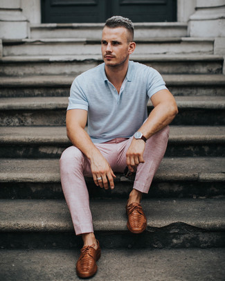 Cómo combinar: reloj de cuero en marrón oscuro, zapatos derby de cuero marrónes, pantalón de vestir rosado, camisa polo gris