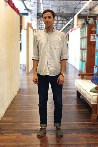 Combinar un reloj: Una camisa de manga larga en beige y un reloj son una gran fórmula de vestimenta para tener en tu clóset. ¿Te sientes valiente? Complementa tu atuendo con zapatos derby de ante marrónes.
