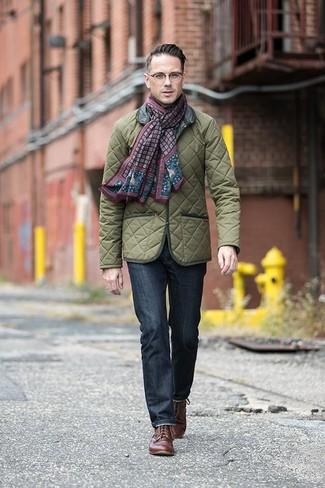 Cómo combinar: bufanda estampada burdeos, zapatos derby de cuero marrónes, vaqueros azul marino, chaqueta campo acolchada verde oliva