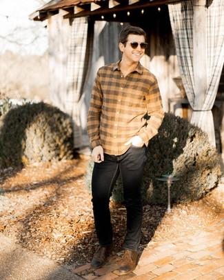 Cómo combinar: gafas de sol en marrón oscuro, zapatos derby de cuero marrónes, vaqueros negros, camisa de manga larga de franela a cuadros marrón claro