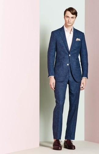 Cómo combinar: pañuelo de bolsillo estampado en beige, zapatos derby de cuero morado oscuro, camisa de manga larga rosada, traje azul marino