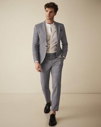 Combinar una camisa de manga larga: Casa una camisa de manga larga junto a un traje gris para un perfil clásico y refinado. Zapatos derby de cuero negros son una opción excelente para complementar tu atuendo.