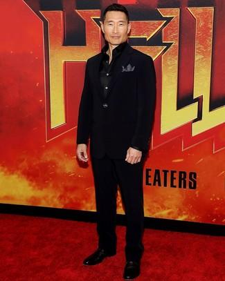 Look de Daniel Dae Kim: Pañuelo de bolsillo a lunares en negro y blanco, Zapatos derby de cuero negros, Camisa de manga larga de seda negra, Traje negro