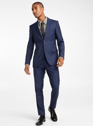 Cómo combinar: corbata con print de flores negra, zapatos derby de cuero negros, camisa de vestir con print de flores blanca, traje azul marino