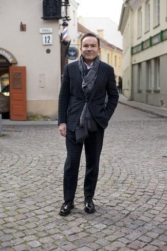Combinar una bufanda estampada: Casa un traje de lana a cuadros en gris oscuro con una bufanda estampada para cualquier sorpresa que haya en el día. Con el calzado, sé más clásico y opta por un par de zapatos derby de cuero negros.