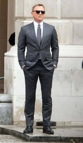 Look de Daniel Craig: Corbata gris, Zapatos derby de cuero negros, Camisa de vestir blanca, Traje gris