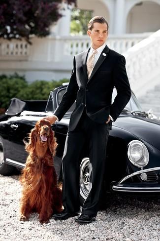 Combinar una corbata de paisley en beige: Intenta ponerse un traje negro y una corbata de paisley en beige para un perfil clásico y refinado. ¿Quieres elegir un zapato informal? Haz zapatos derby de cuero negros tu calzado para el día.