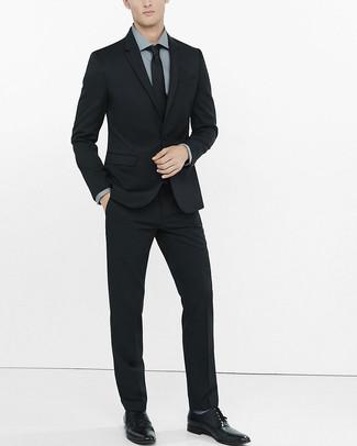 3a9349d0412b7 Cómo combinar un traje negro con una camisa de vestir en gris oscuro ...
