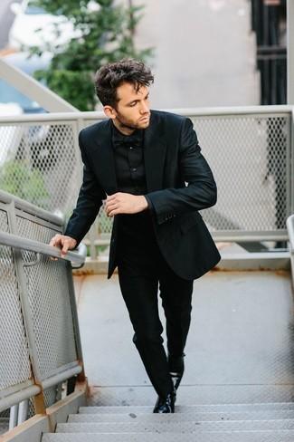 Cómo combinar: corbatín negro, zapatos derby de cuero negros, camisa de vestir negra, traje negro