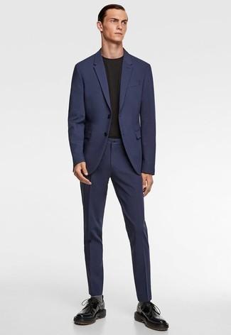 Combinar un traje azul marino: Usa un traje azul marino y una camiseta con cuello circular negra para las 8 horas. Elige un par de zapatos derby de cuero gruesos negros para mostrar tu inteligencia sartorial.