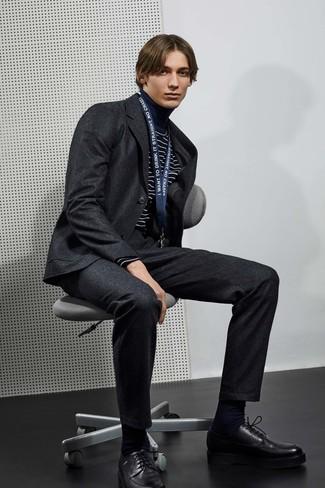 Cómo combinar: calcetines negros, zapatos derby de cuero negros, jersey de cuello alto de rayas horizontales en azul marino y blanco, traje de lana en gris oscuro