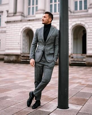 Cómo combinar: calcetines negros, zapatos derby de cuero negros, jersey de cuello alto negro, traje de lana gris