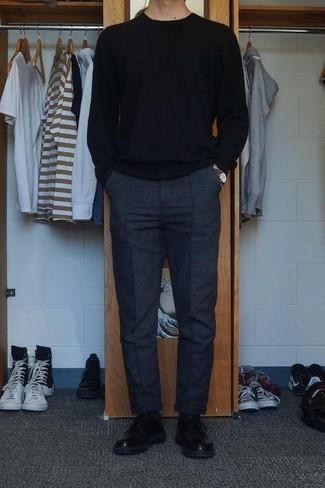 Combinar unos calcetines negros: Equípate un jersey con cuello circular negro junto a unos calcetines negros transmitirán una vibra libre y relajada. Dale onda a tu ropa con zapatos derby de cuero negros.