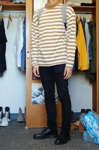 Combinar un pantalón chino negro: Elige una camiseta de manga larga de rayas horizontales marrón claro y un pantalón chino negro para un almuerzo en domingo con amigos. Usa un par de zapatos derby de cuero negros para mostrar tu inteligencia sartorial.