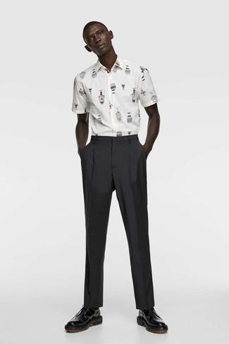 Cómo combinar: calcetines negros, zapatos derby de cuero negros, pantalón de vestir negro, camisa de manga corta estampada blanca