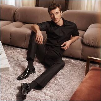 Cómo combinar: calcetines negros, zapatos derby de cuero negros, pantalón de vestir negro, camisa de manga larga negra