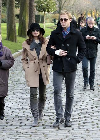 Cómo combinar: bufanda de tartán azul, zapatos derby de cuero negros, vaqueros grises, chaquetón negro