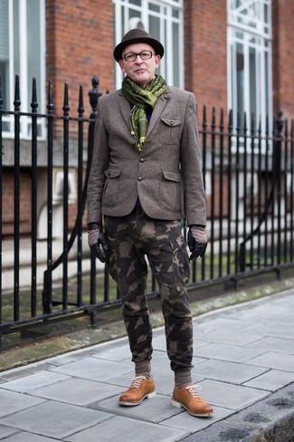 Cómo combinar: sombrero de lana en marrón oscuro, zapatos derby de ante en tabaco, pantalón cargo de camuflaje verde oliva, blazer de lana verde oliva