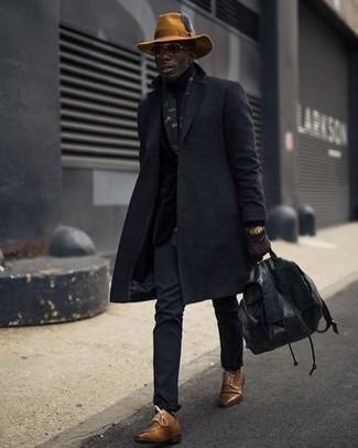Cómo combinar: mochila de cuero negra, zapatos derby de cuero marrónes, pantalón chino negro, abrigo largo negro