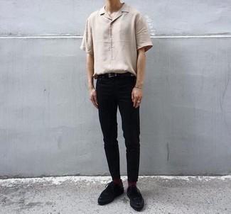 Outfits hombres: Ponte una camisa de manga corta en beige y un pantalón chino negro para conseguir una apariencia relajada pero elegante. Dale un toque de elegancia a tu atuendo con un par de zapatos derby de ante negros.