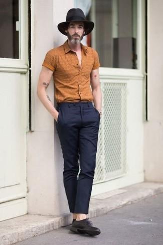 Combinar un sombrero de lana en gris oscuro: Emparejar una camisa de manga corta estampada naranja junto a un sombrero de lana en gris oscuro es una opción estupenda para el fin de semana. ¿Te sientes ingenioso? Dale el toque final a tu atuendo con zapatos derby de cuero negros.