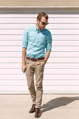 Cómo combinar: correa de cuero marrón, zapatos derby de cuero en marrón oscuro, pantalón chino marrón claro, camisa de manga larga de cuadro vichy en turquesa