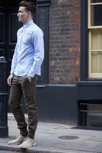 Cómo combinar: reloj plateado, zapatos derby de lona en beige, pantalón chino verde oliva, camisa de manga larga celeste