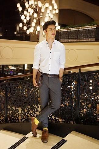 Combinar una correa de cuero marrón: Emparejar una camisa de manga larga blanca junto a una correa de cuero marrón es una opción grandiosa para el fin de semana. Con el calzado, sé más clásico y haz zapatos derby de cuero marrónes tu calzado.