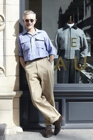 Moda para hombres de 60 años: Usa una camisa de manga larga celeste y un pantalón chino en beige para lidiar sin esfuerzo con lo que sea que te traiga el día. Dale un toque de elegancia a tu atuendo con un par de zapatos derby de ante en marrón oscuro.
