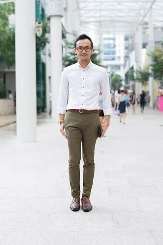 Combinar una camisa de manga larga con unos zapatos derby: Considera ponerse una camisa de manga larga y un pantalón chino verde oliva para un look diario sin parecer demasiado arreglada. Con el calzado, sé más clásico y completa tu atuendo con zapatos derby.