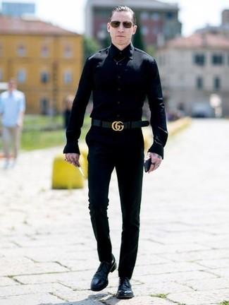 Cómo combinar: correa de cuero negra, zapatos derby de cuero negros, pantalón chino negro, camisa de vestir negra