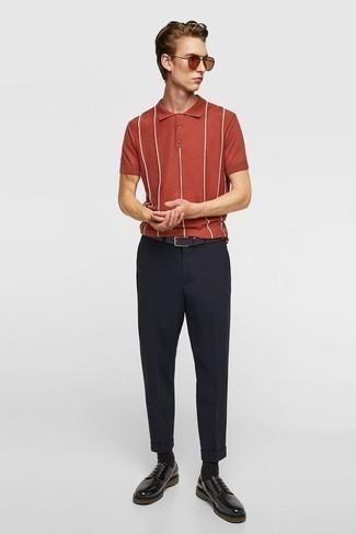 Combinar unos zapatos derby de cuero negros: Empareja una camisa polo de rayas verticales roja con un pantalón chino azul marino para conseguir una apariencia relajada pero elegante. Con el calzado, sé más clásico y opta por un par de zapatos derby de cuero negros.