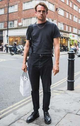 Combinar una camiseta con cuello circular en gris oscuro: Intenta combinar una camiseta con cuello circular en gris oscuro junto a un pantalón chino negro para un almuerzo en domingo con amigos. ¿Te sientes valiente? Usa un par de zapatos derby de cuero negros.