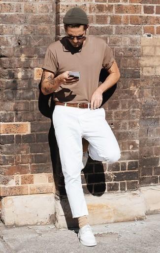 Outfits hombres: Para crear una apariencia para un almuerzo con amigos en el fin de semana empareja una camiseta con cuello circular marrón claro junto a un pantalón chino blanco. Zapatos derby de cuero blancos levantan al instante cualquier look simple.