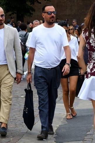 Combinar una correa de cuero tejida negra: Una camiseta con cuello circular blanca y una correa de cuero tejida negra son una opción buena para el fin de semana. ¿Te sientes valiente? Completa tu atuendo con zapatos derby de ante negros.