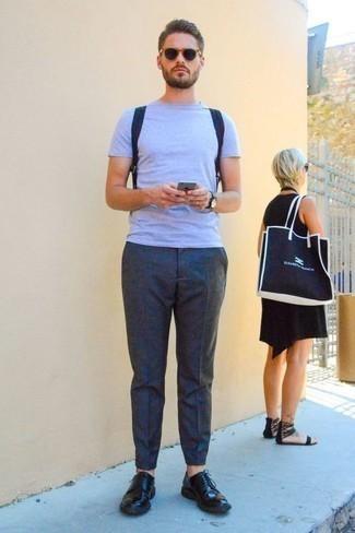 Combinar una mochila de lona azul marino: Emparejar una camiseta con cuello circular celeste junto a una mochila de lona azul marino es una opción atractiva para el fin de semana. ¿Te sientes valiente? Opta por un par de zapatos derby de cuero negros.